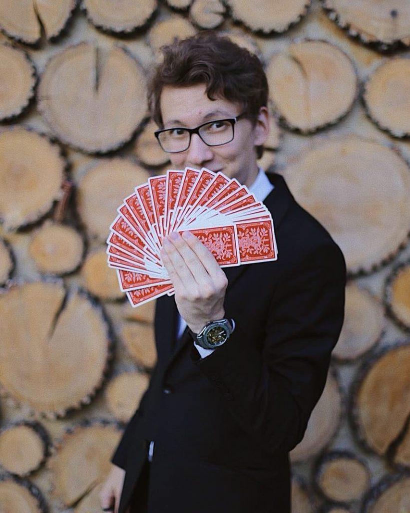 Ему и карты в руки